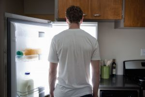 мужчина у холодильника