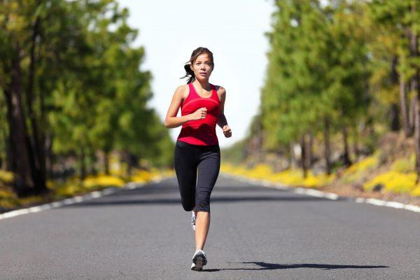 Женщина бегает