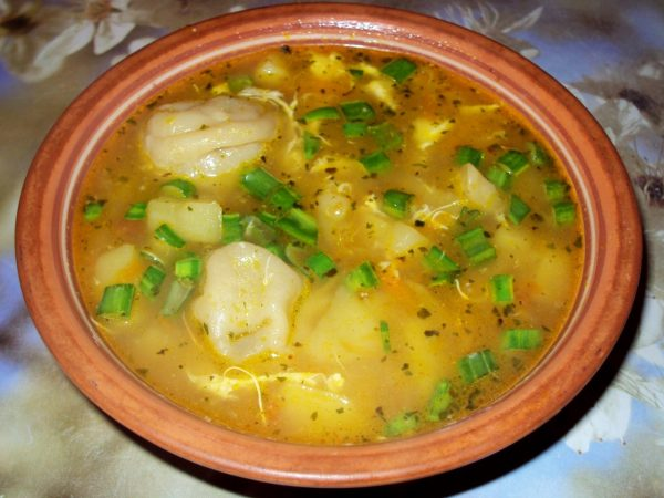 Наваристый суп с пельменями, картофелем и яичной заправкой