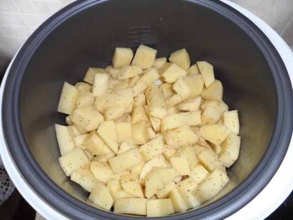 Добавление картофеля в чашу мультиварки