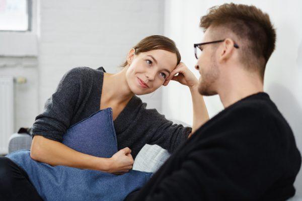 Женщина внимательно слушает мужчину