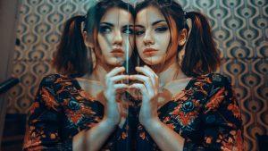 девушка отражение