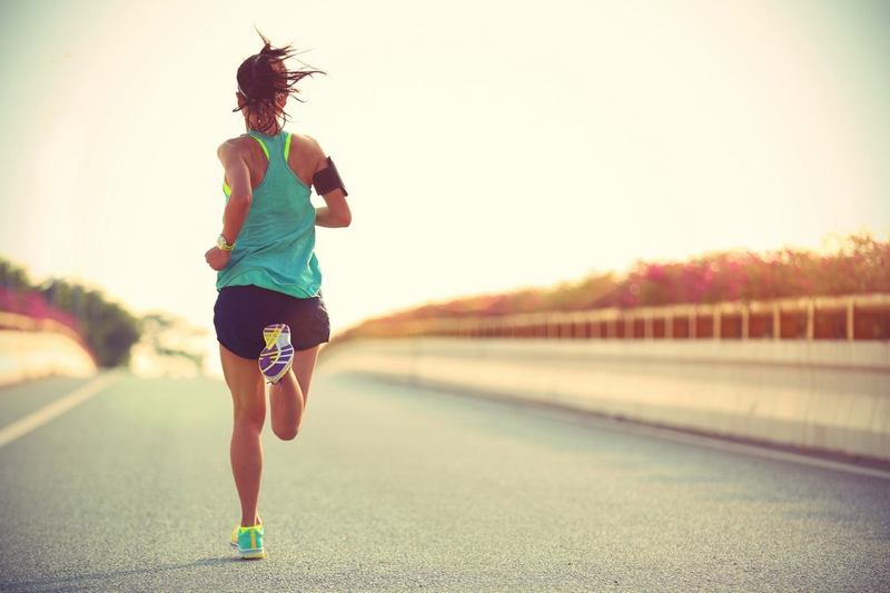 Человек занимается бегом