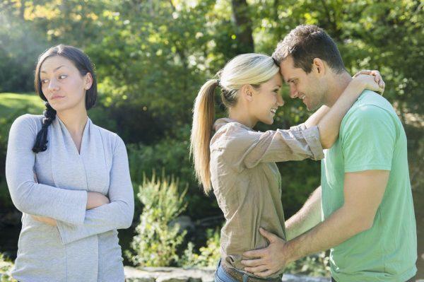 Мужчина и две девушки