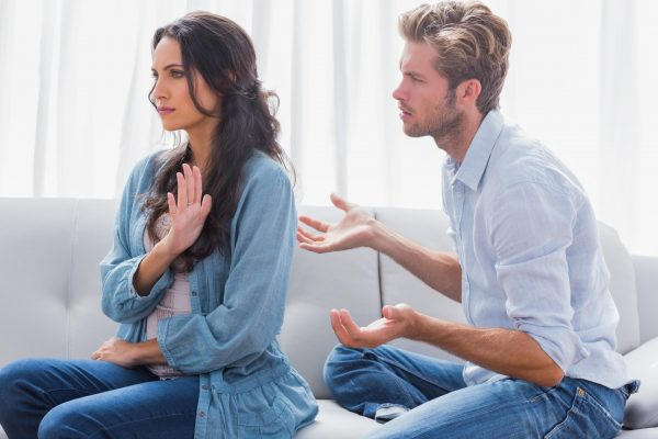 Обиженная женщина и мужчина