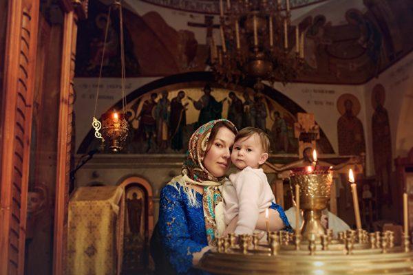 Женщина с ребёнком в церкви