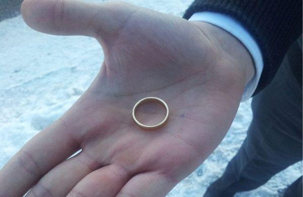 Мужчина держит обручальное кольцо