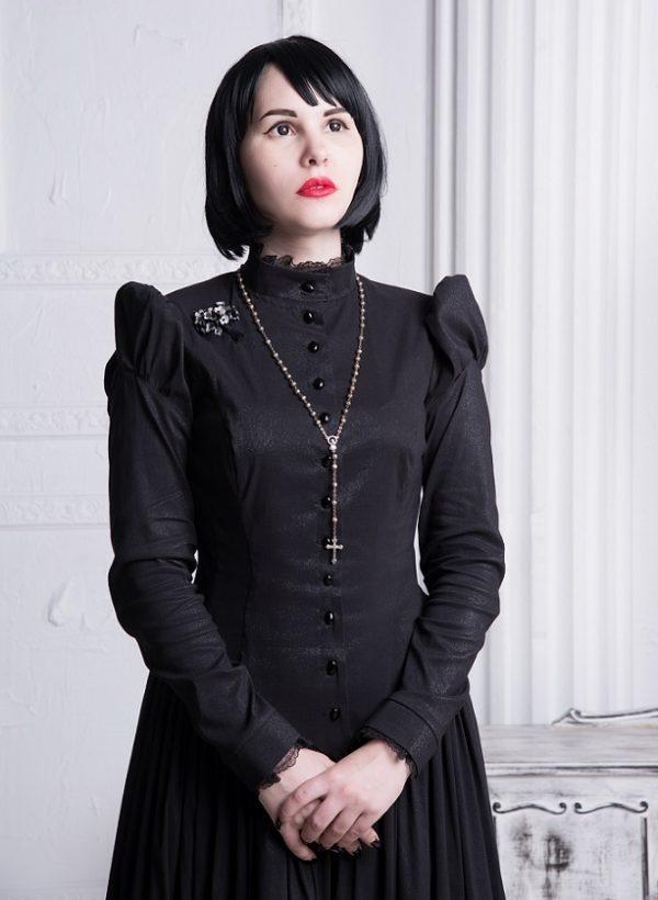 Женщина в чёрном платье