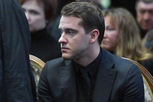 Мужчина на похоронах