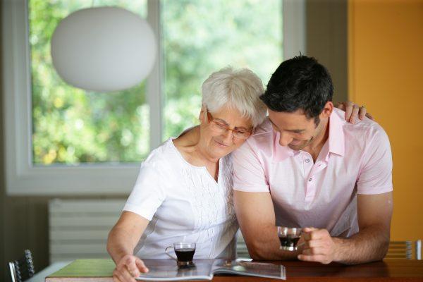 Мама и взрослый сын сидят за столом