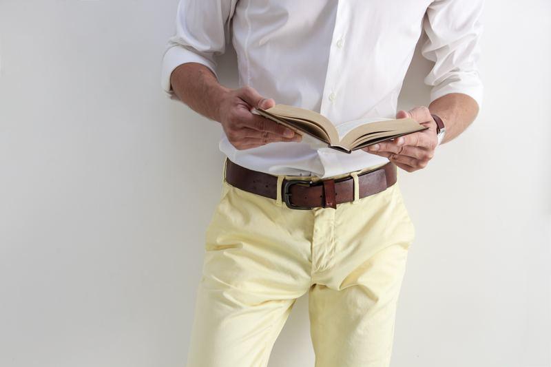 Мужчина в брюках с ремнём