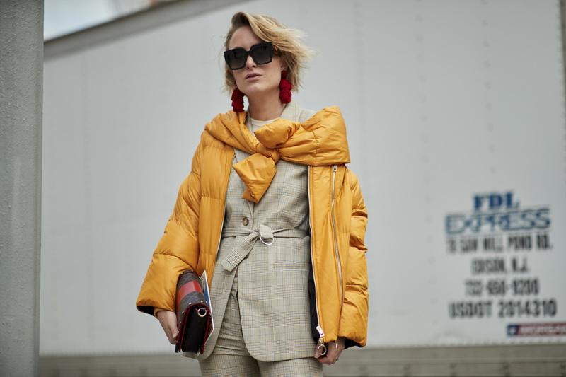 Девушка в модной куртке