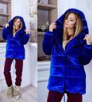 Ярко-синяя куртка
