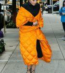 Ярко-оранжевая удлинённая стёганая куртка