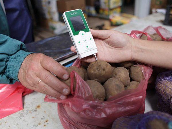 Проверка нитрометром картошки на рынке