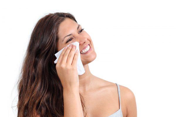 Девушка вытирает лицо бумажными салфетками