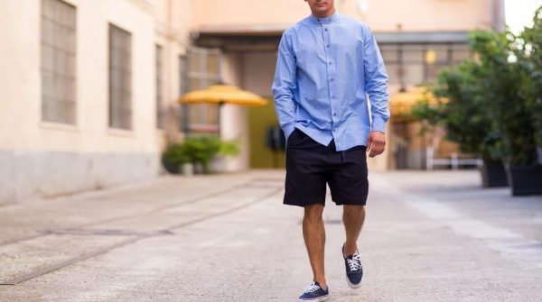 Мужчина в шортах