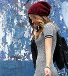 Бардовая шапка