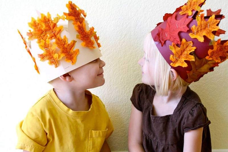Дети в самодельных коронах