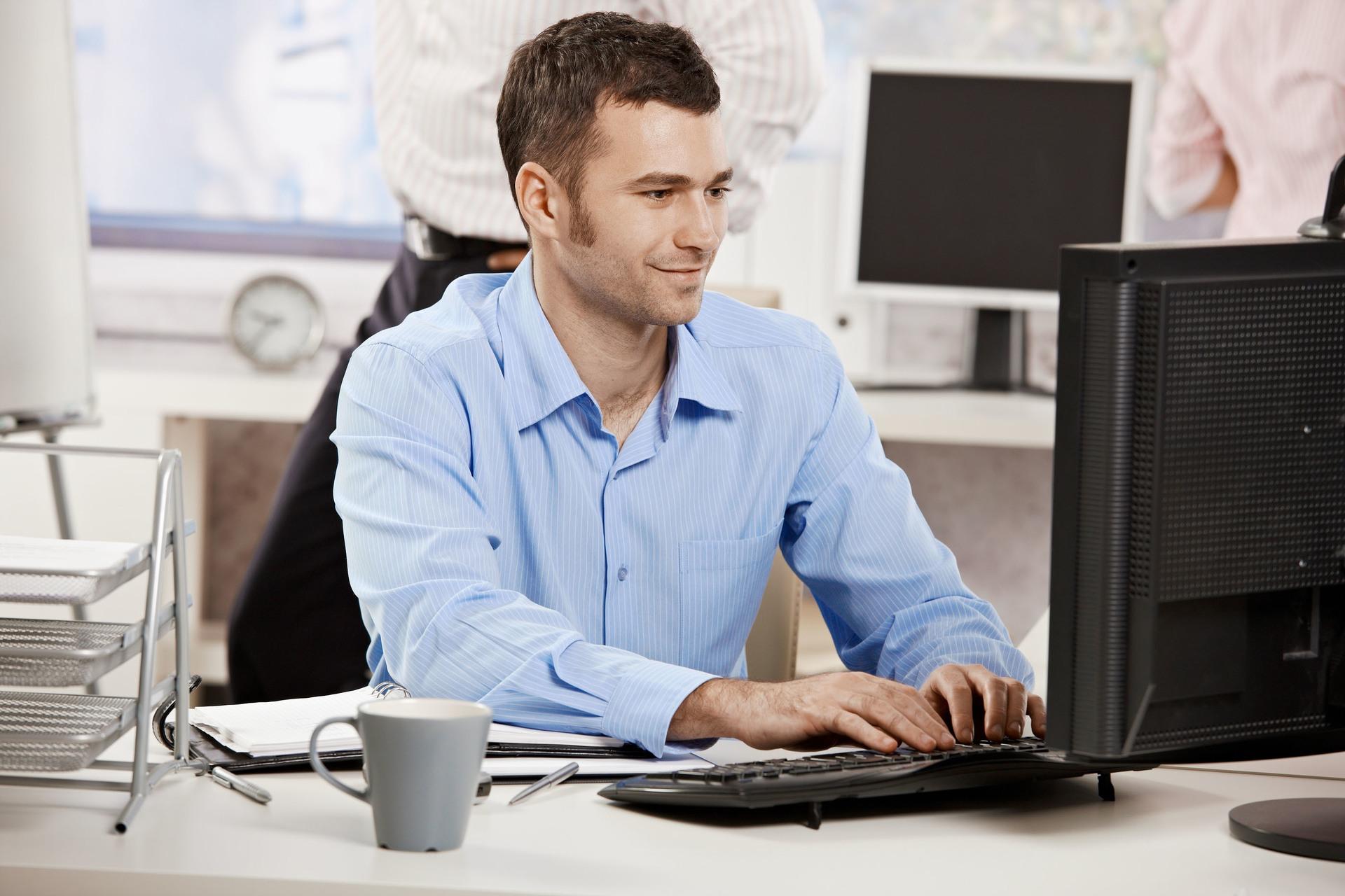 Фото человека на работе за компьютером