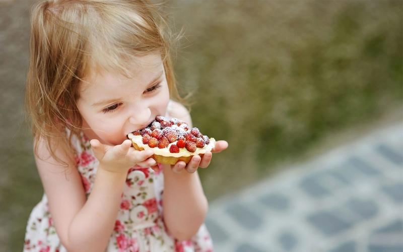 девочка ест пирожное