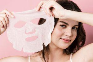 Тканевая маска в руках