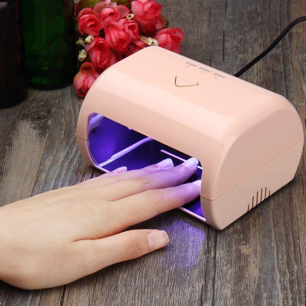 Сушка ногтей в специальной лампе