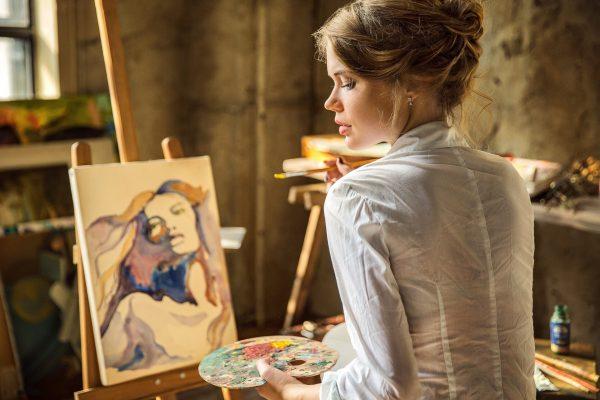 Девушка пишет картину