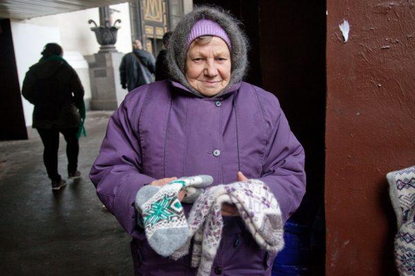 Бабушка продаёт носки