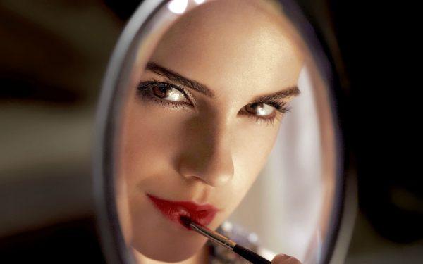 Эмма Хилл красит губы