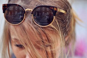 Очки у девушки на голове