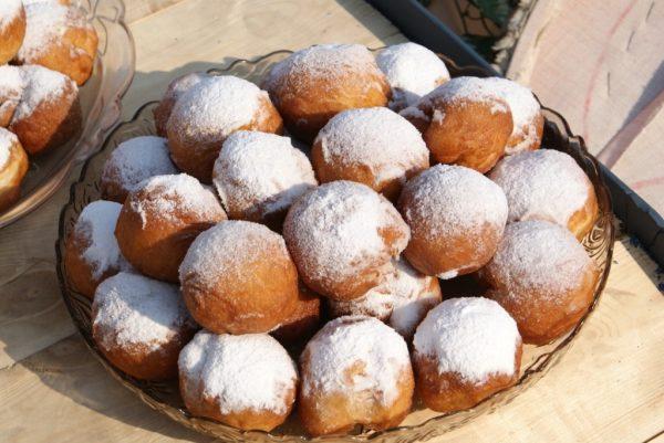 Круглые пышки, обсыпанные сахарной пудрой