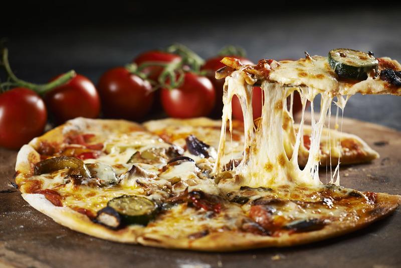 Пицца с тянущимся сыром