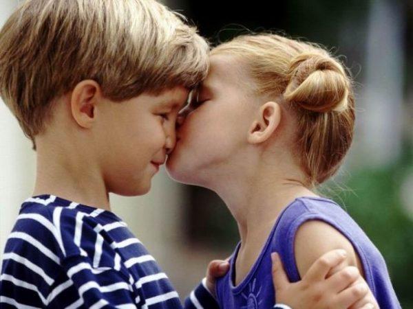 Девочка целует мальчика в нос