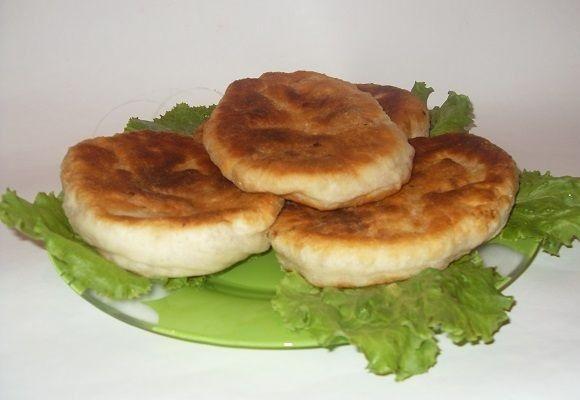 Пироги на тарелке с салатом
