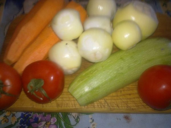 Лук, картофель, помидоры и кабачок