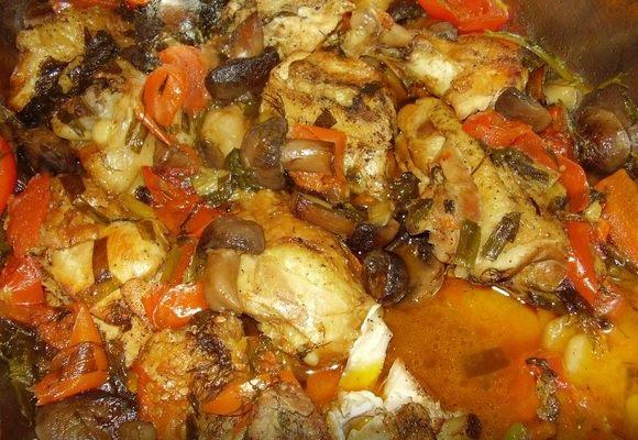 Готовая курица на овощах