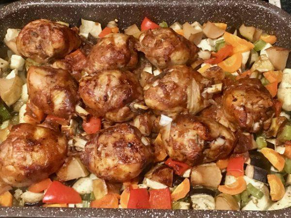 Готовая курица с овощами в духовке