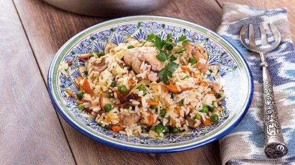 Индейка с овощами, рисом и зелёным горошком