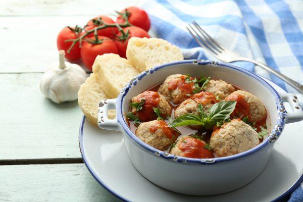 Куриные митболы в томатном соусе с базиликом