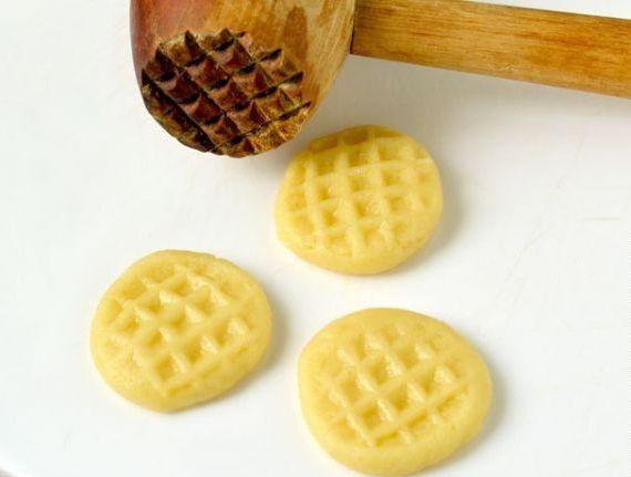 Печенье и молоток для мяса