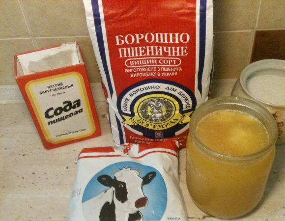 Мёд, мука, сметана, сода и сахар