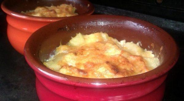 Жаркое с тушёнкой и сыром в керамическом горшке