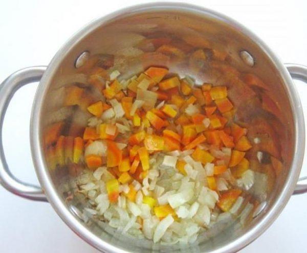 Обжаренные овощи в металлической кастрюле