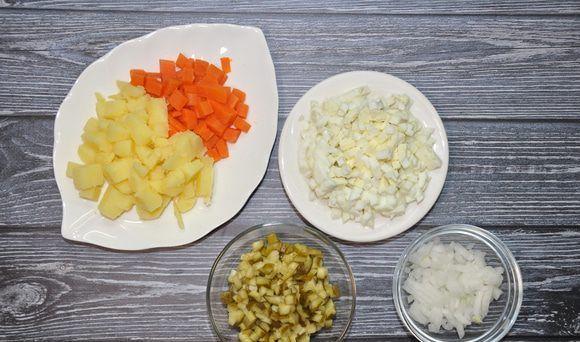 Нарезанные овощи для салата в раздельных ёмкостях на столе