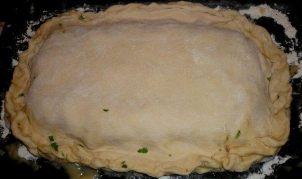 Заготовка для пирога из сырого теста с начинкой