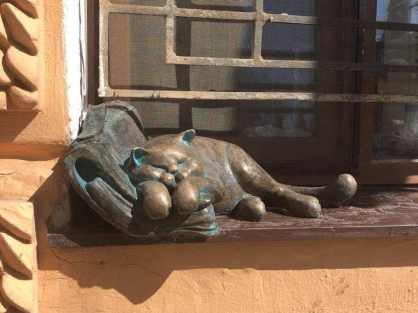Бронзовая скульптура коту Морису в Одессе