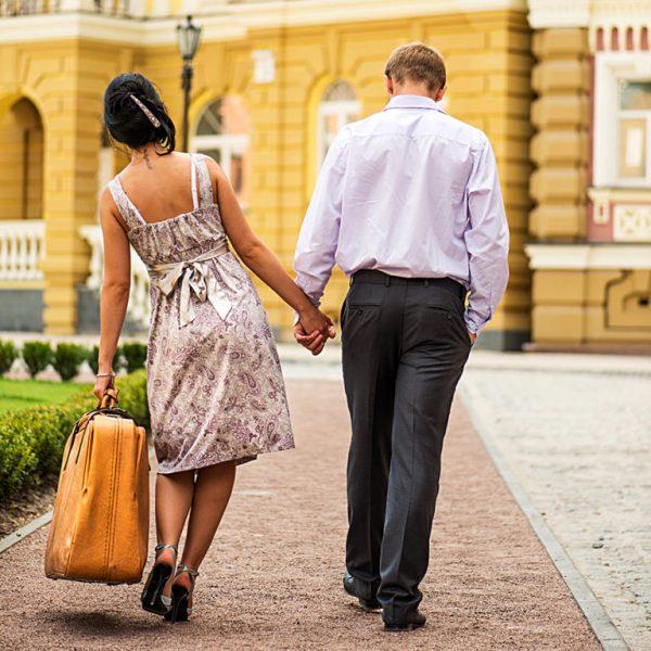 Женщина с тяжелой сумкой и мужчина