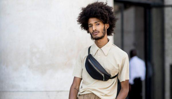 Мужчина с поясной сумкой