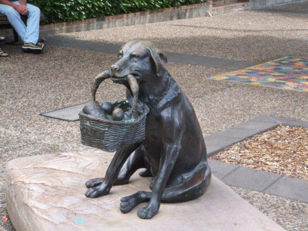Памятник лабрадору Монти в Австрлии